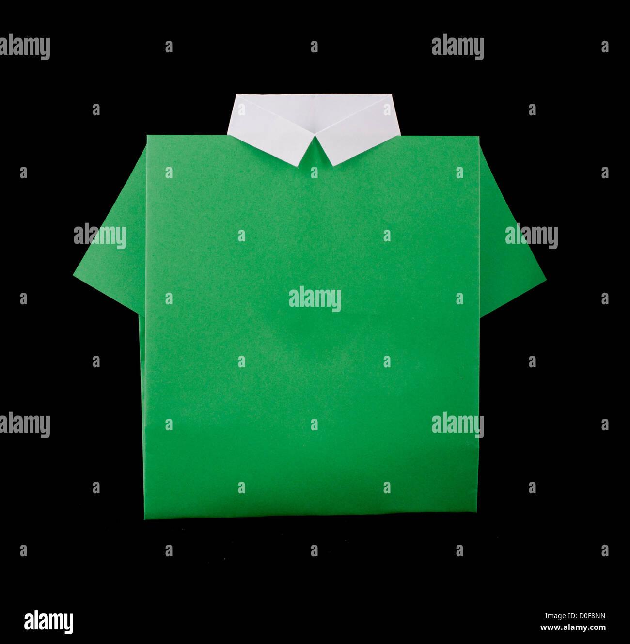 6243cd92b Papel hecho aislado camisa verde.plegado origami style Imagen De Stock