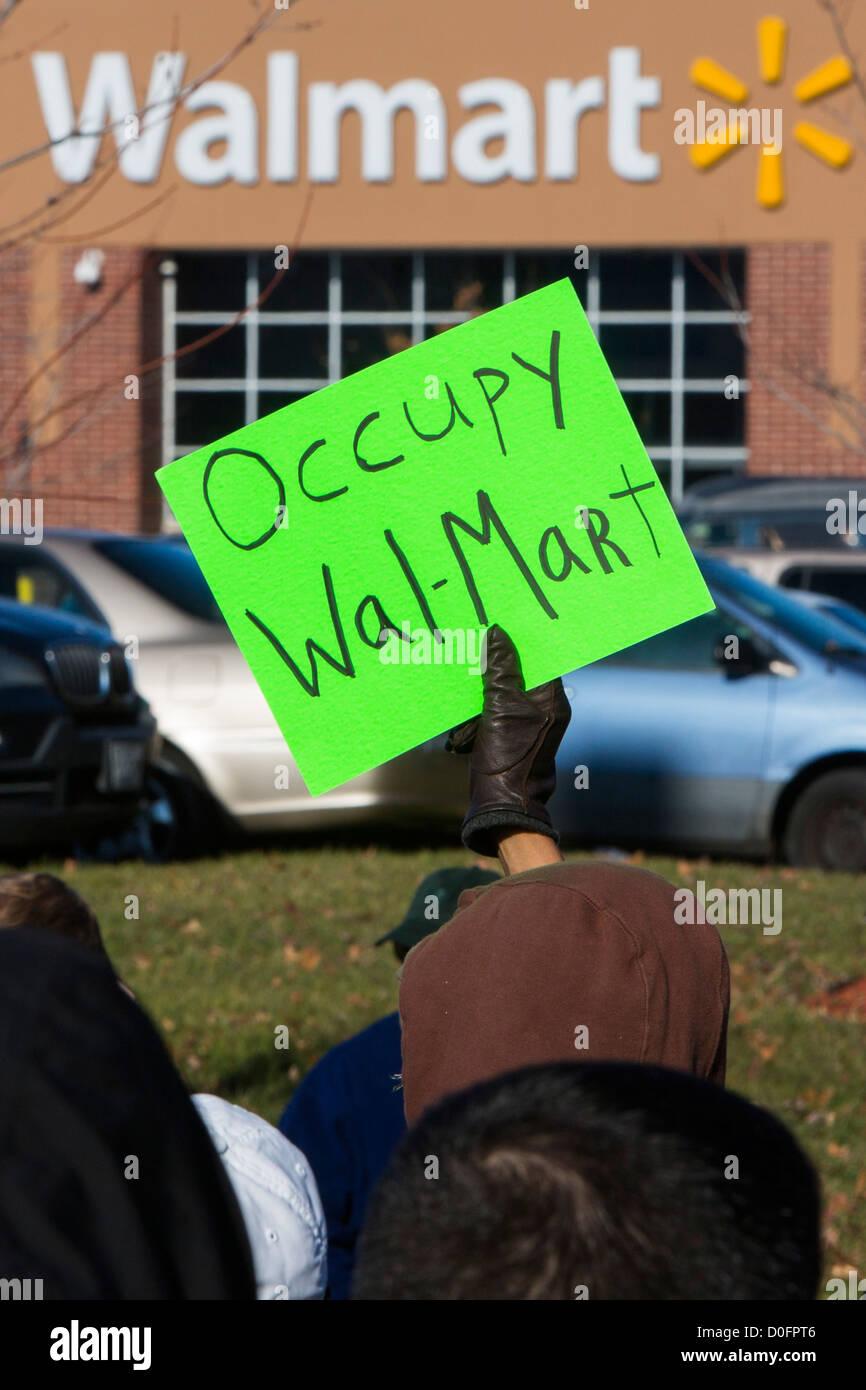 Los manifestantes protestan contra las condiciones de trabajo en Walmart. Imagen De Stock
