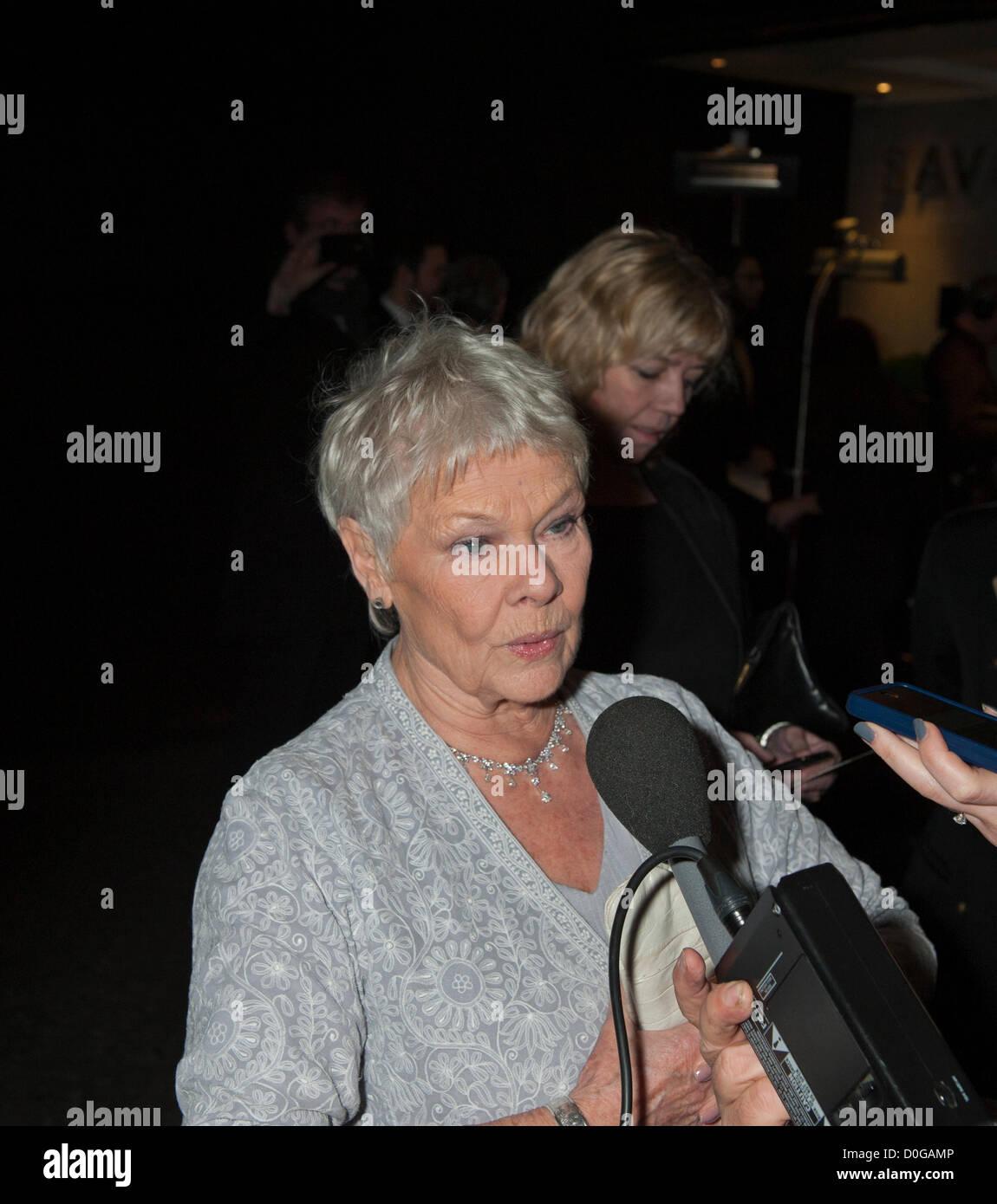 Dame Judi Dench en Evening Standard Theatre Awards 2012, el Savoy de Londres el 25 de noviembre de 2012 Juega M en las últimas películas de Bond Foto de stock