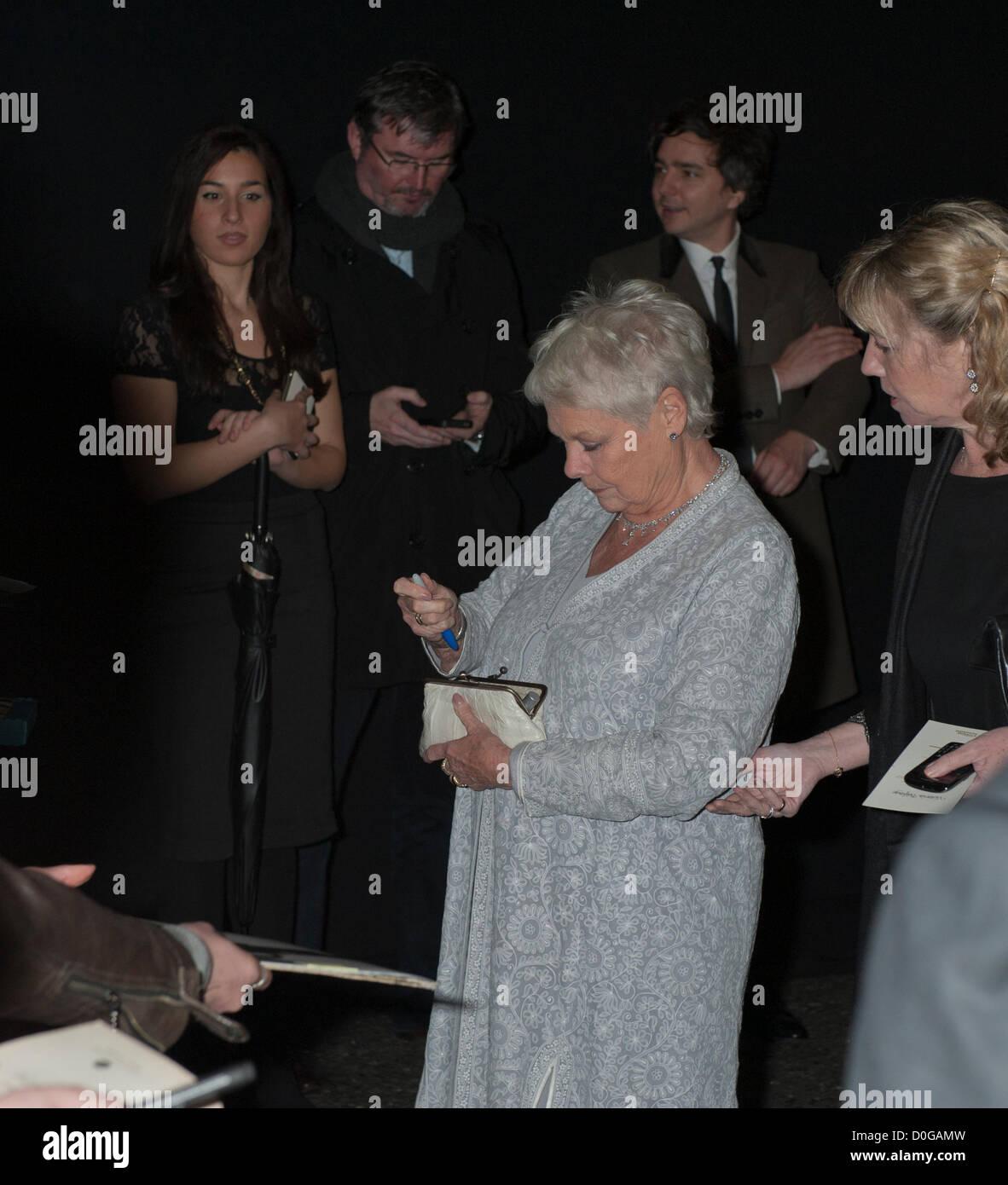 Dame Judi Dench busca pen en Evening Standard Theatre Awards 2012, el Savoy de Londres, 25 de noviembre de 2012 actor Brish jugado M en las últimas películas de James Bond Foto de stock