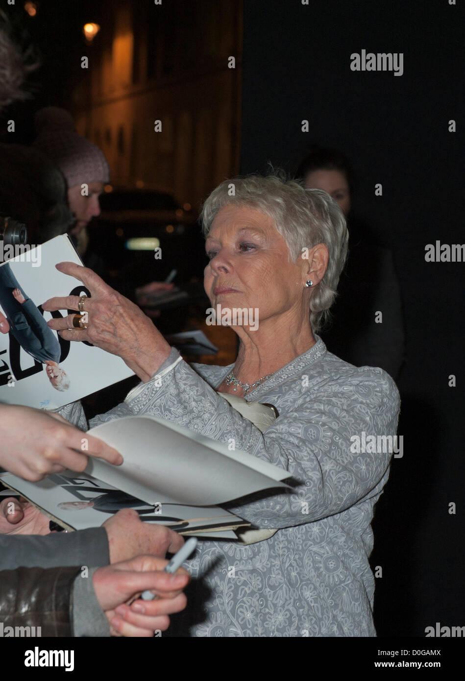 Dame Judi Dench firma autógrafos en Evening Standard Theatre Awards 2012, el Savoy de Londres el 25 de noviembre de 2012 Foto de stock