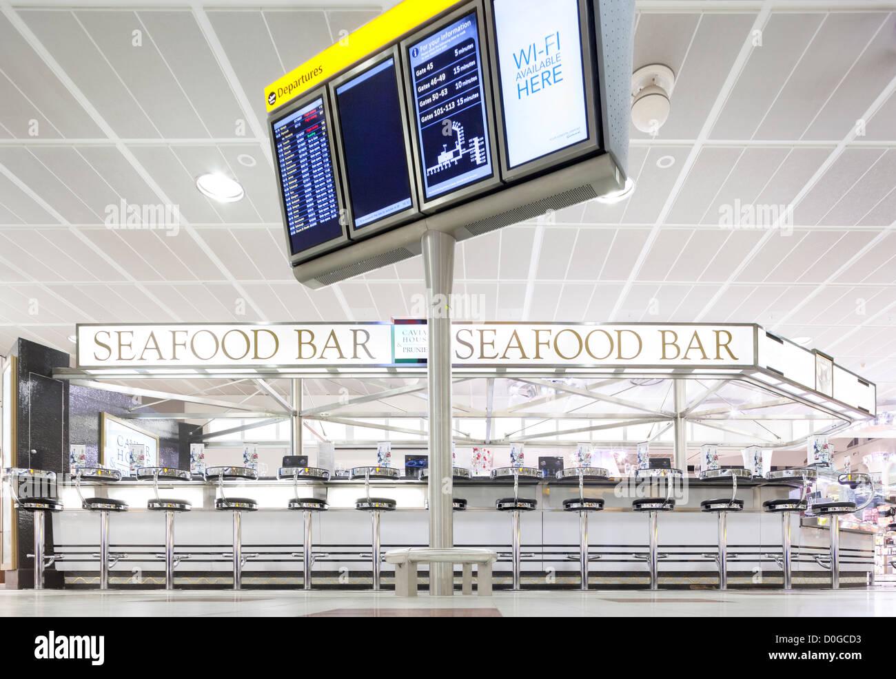 Sala de salidas de la Terminal Norte de Gatwick Caviar House & Prunier Seafood Bar con salidas de pantalla y Imagen De Stock