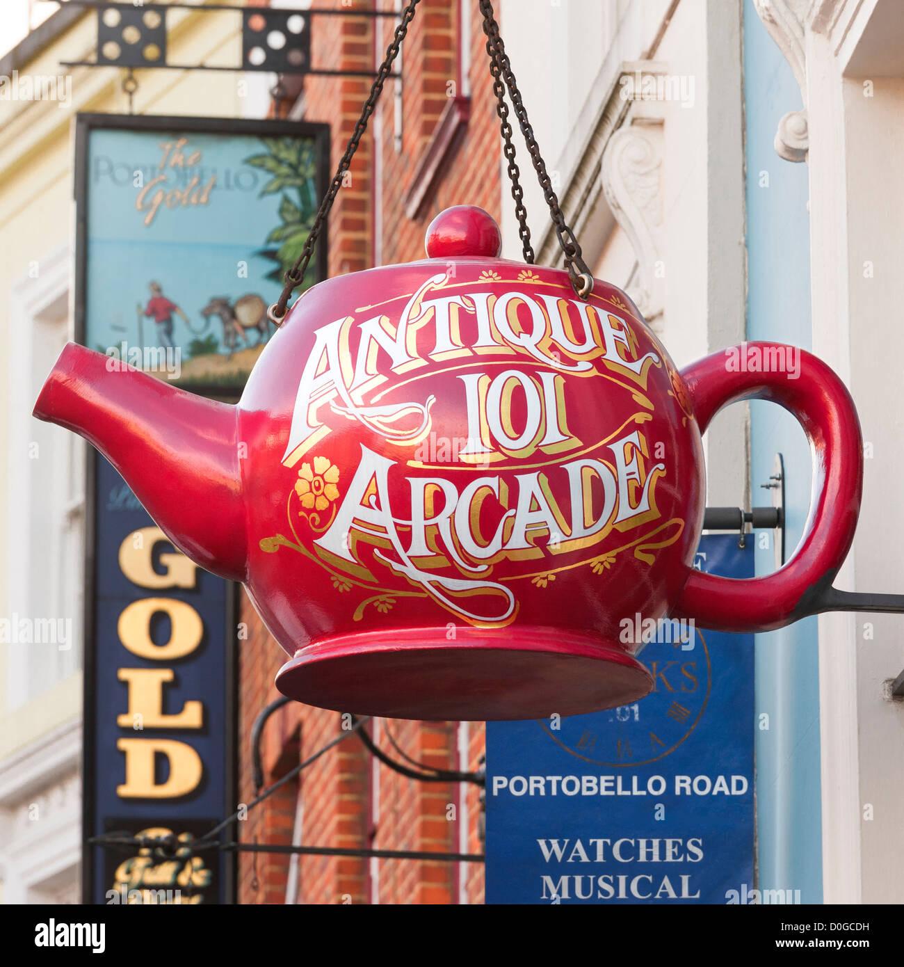 Londres, Portobello Road, Notting Hill. La tetera grande rojo shop firmar por el antiguo centro comercial de antigüedades 101 Arcade en Portobello Rd. Foto de stock