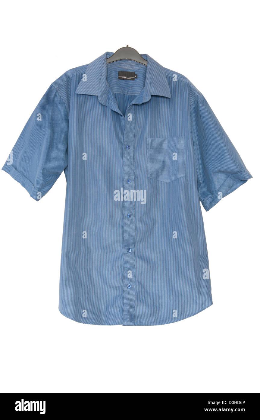 Mans seguro Camiseta de manga corta azul en una percha Imagen De Stock
