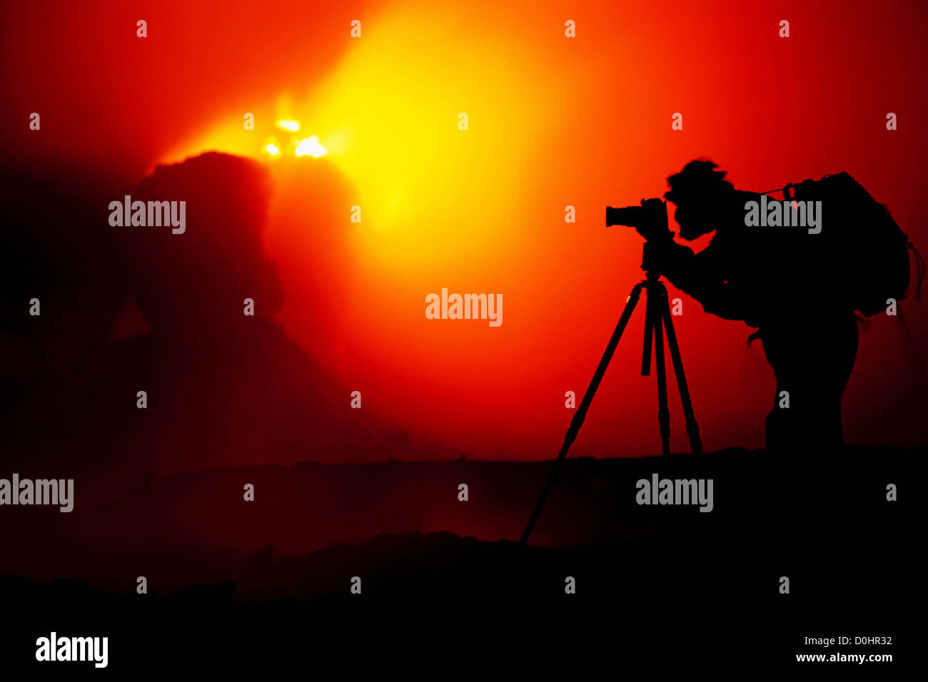 Fotógrafo recortadas por salpicaduras de erupción conos dentro de Pu'u O'o Vent Imagen De Stock