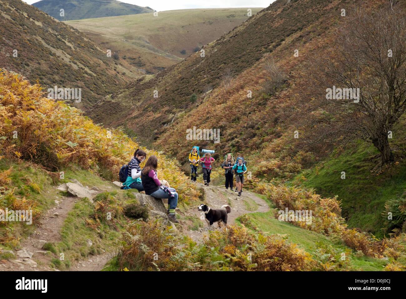 Un grupo de adolescentes haciendo su duque de Edimburgo, el premio Long Mynd, Shropshire Hills, UK Imagen De Stock