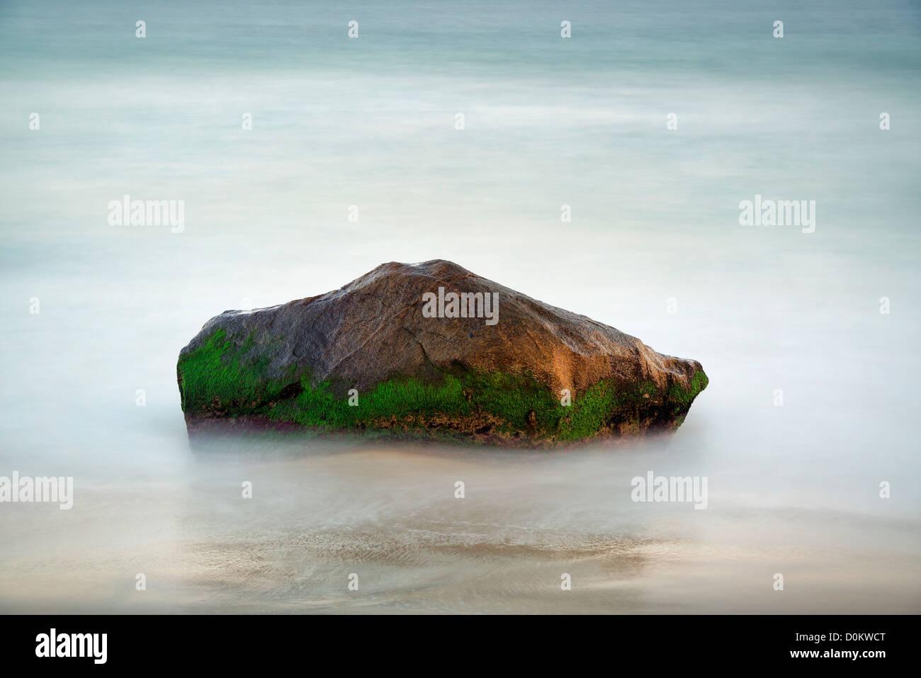 Rock con el desplazamiento de agua del océano. Foto de stock