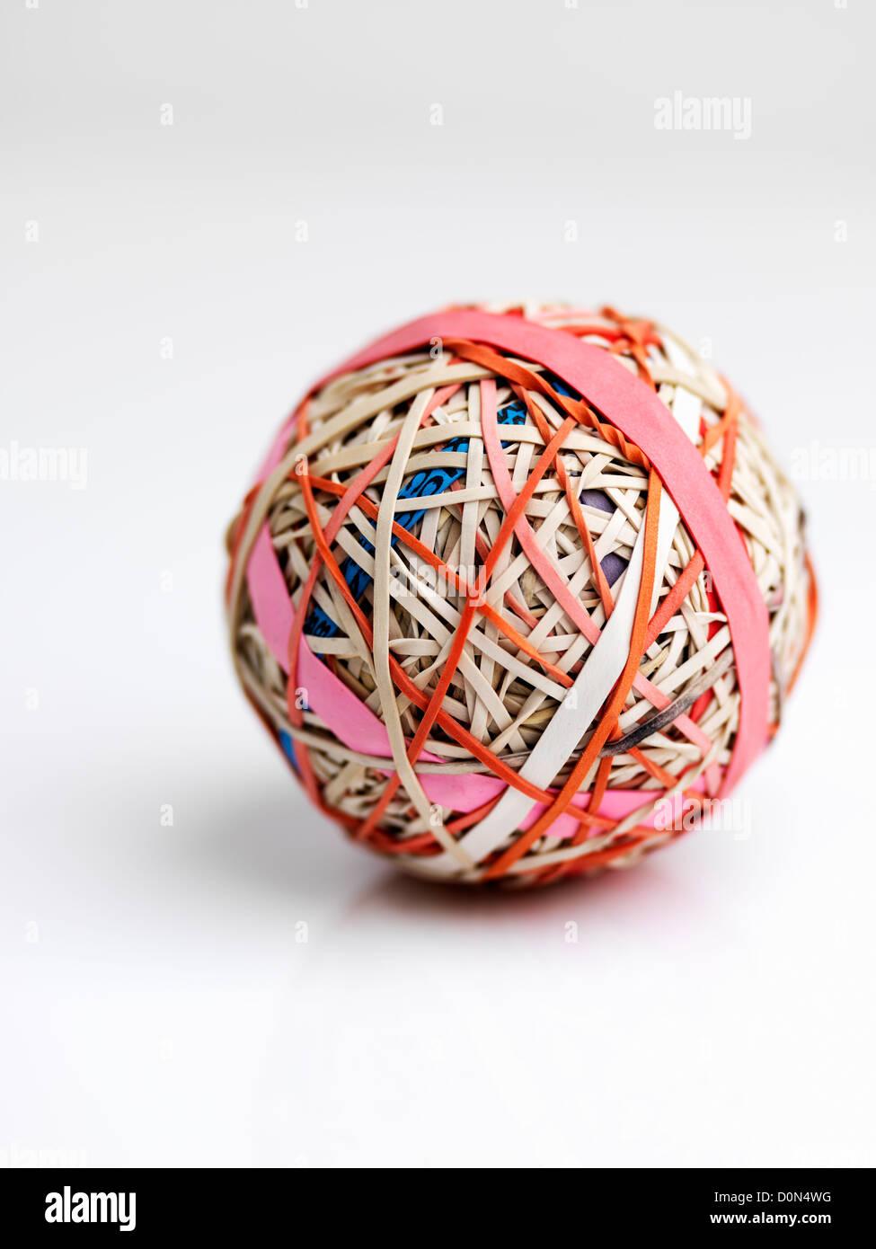 Banda de goma de la bola, la bola de bandas elásticas herida uno encima de otro Foto de stock