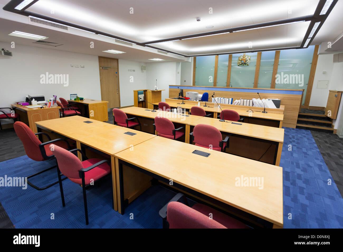 Vista interior de la parte posterior de un tribunal desocupado número uno en Basingstoke Tribunales. Foto de stock