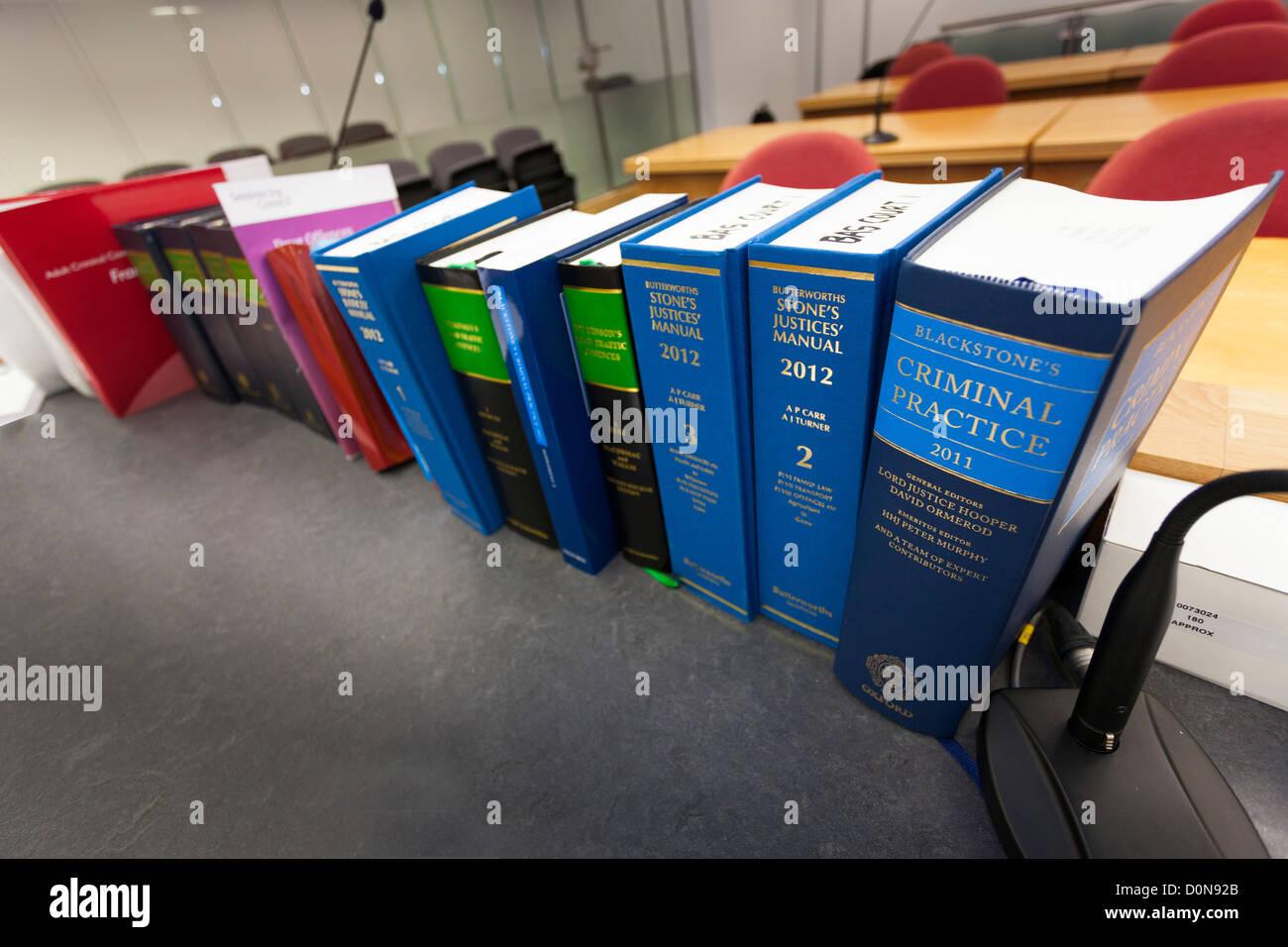 Fila de Libros de Derecho centrado en la práctica criminal y Blackstones Butterworths piedras jueces Manual en la Foto de stock