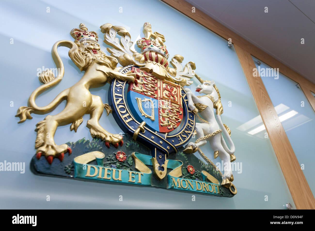 El escudo del escudo de armas del Reino Unido detrás de un Tribunal de banco. Foto de stock