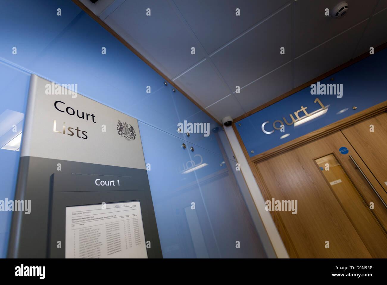 Tablón de anuncios de la lista de corte fuera del Tribunal número uno en Basingstoke Tribunales. Foto de stock