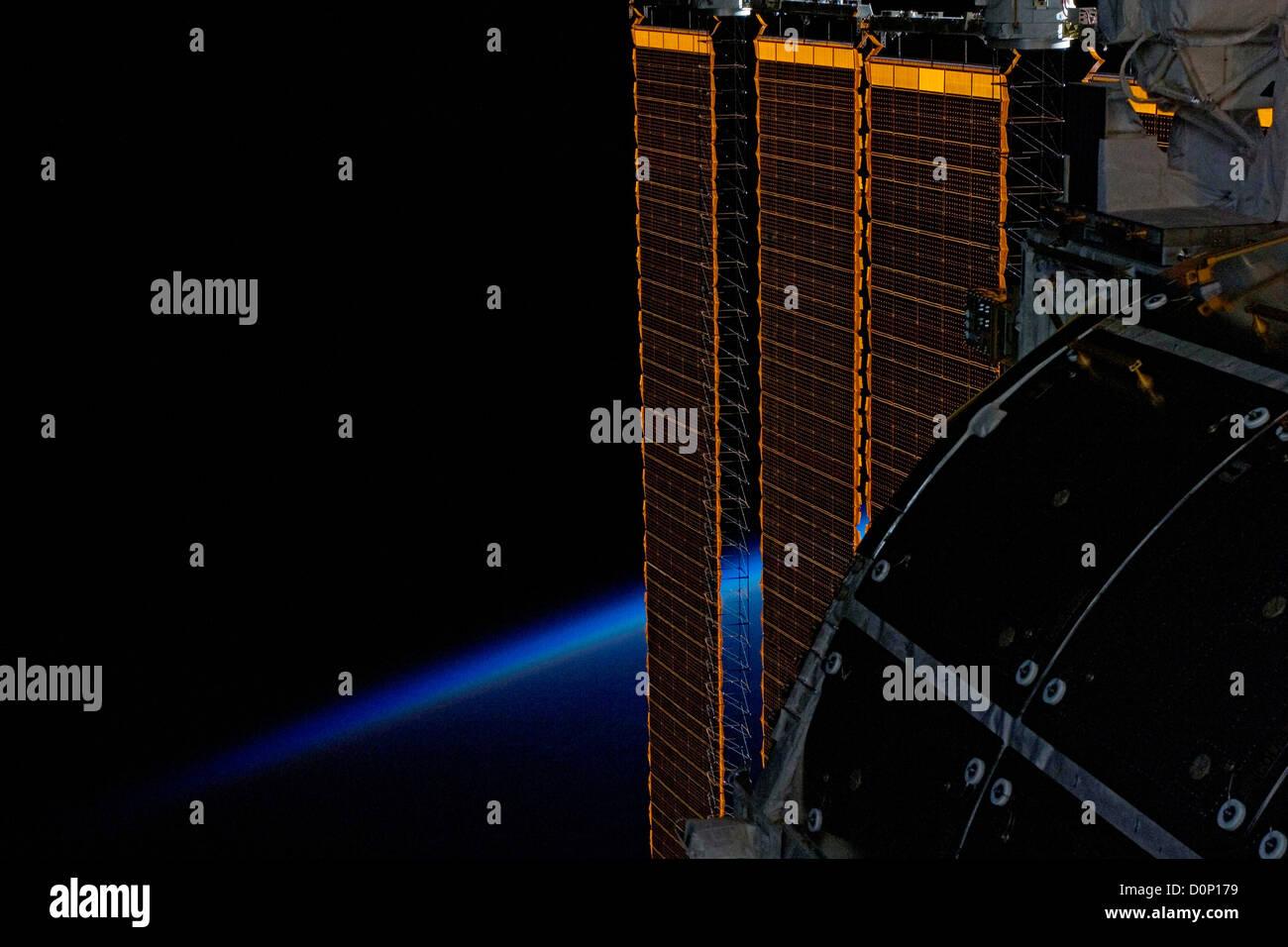 La Estación Espacial Internacional paneles solares Imagen De Stock