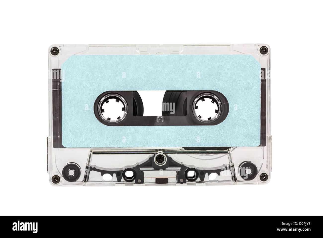Cinta de casete en blanco azul antiguo aislada con trazado de recorte. Imagen De Stock