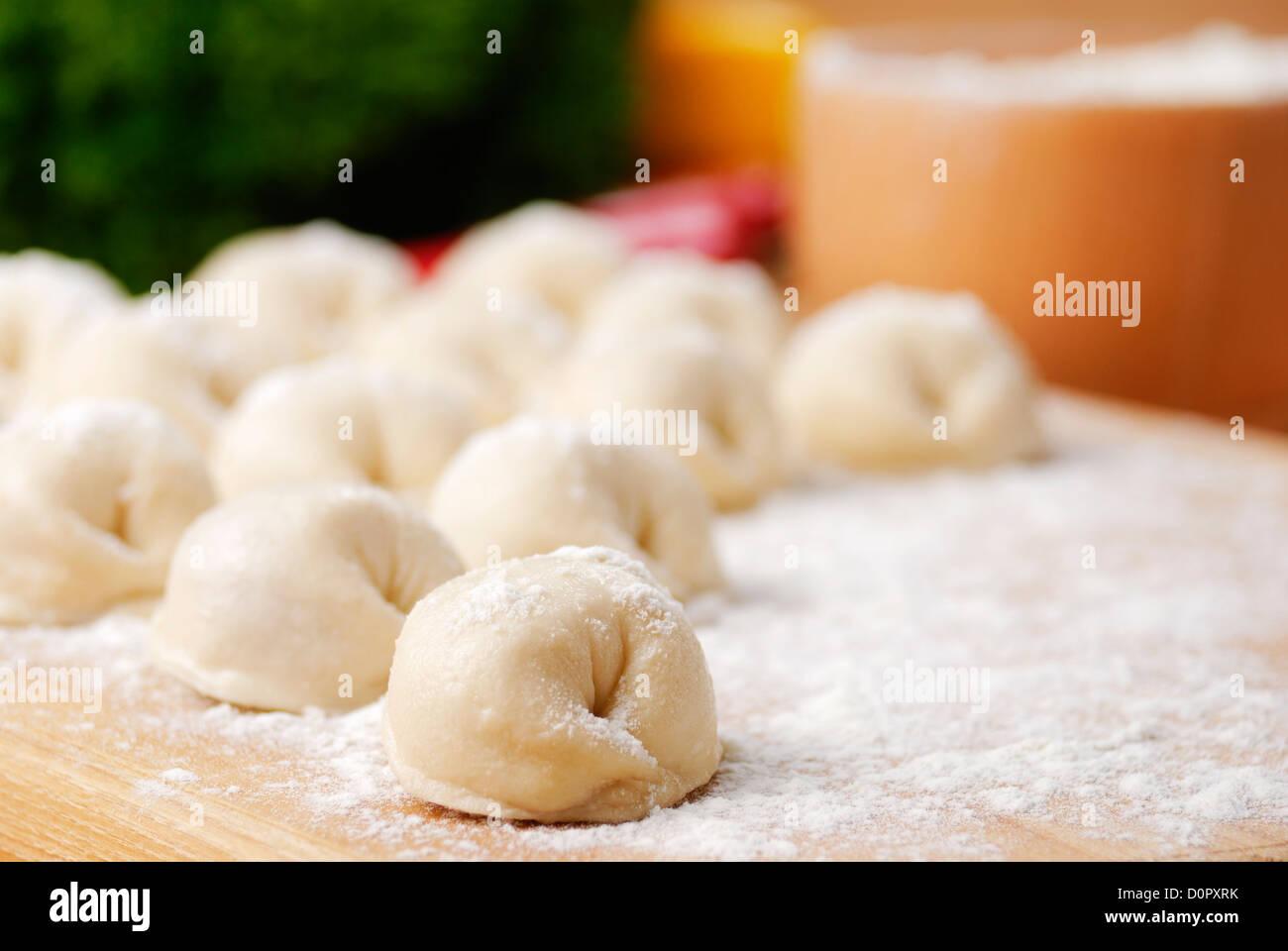 Albóndigas de carne en la cocina junta sobre la mesa de bambú Foto de stock