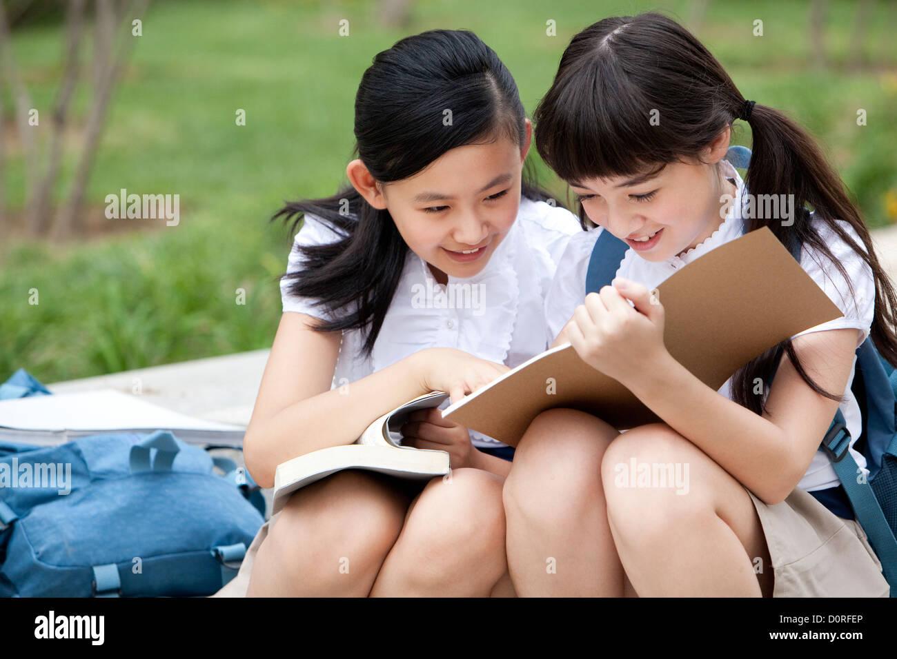8b964766c Chinese Girls Schoolgirls Reading Imágenes De Stock & Chinese Girls ...