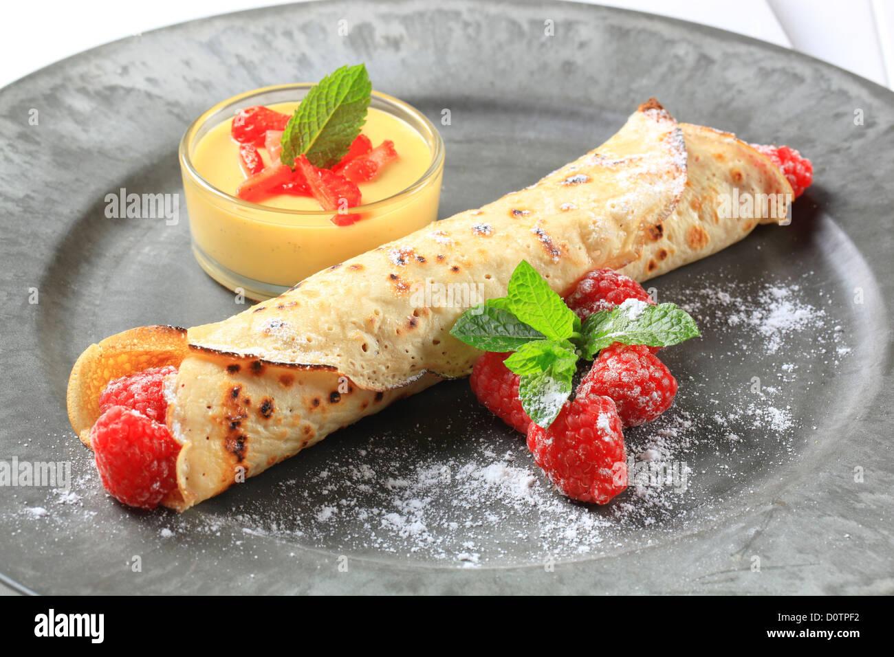 Crepe rellena con frambuesas frescas y crema de flan Imagen De Stock