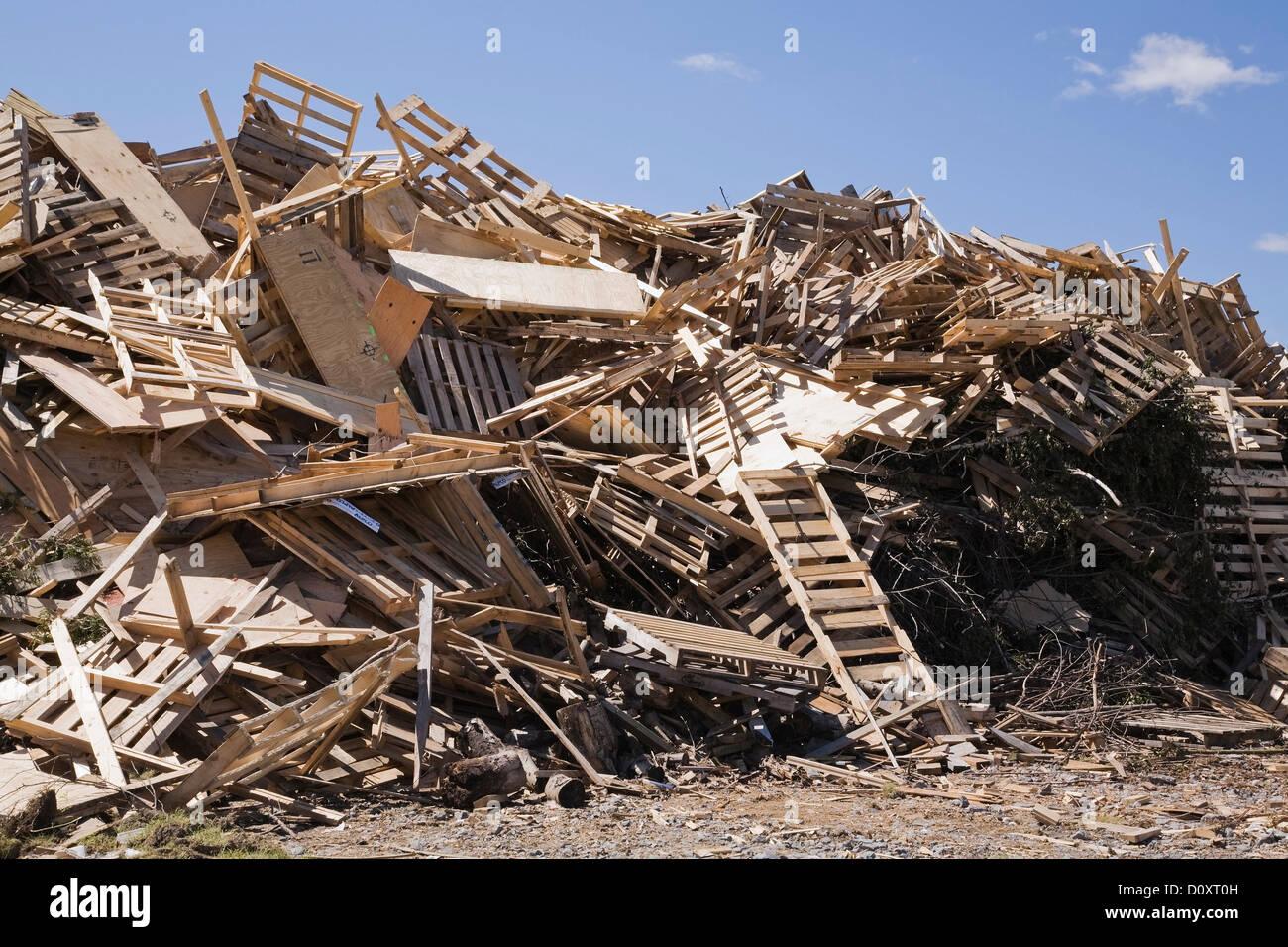 Montón de madera desechada en el sitio de gestión de residuos Imagen De Stock