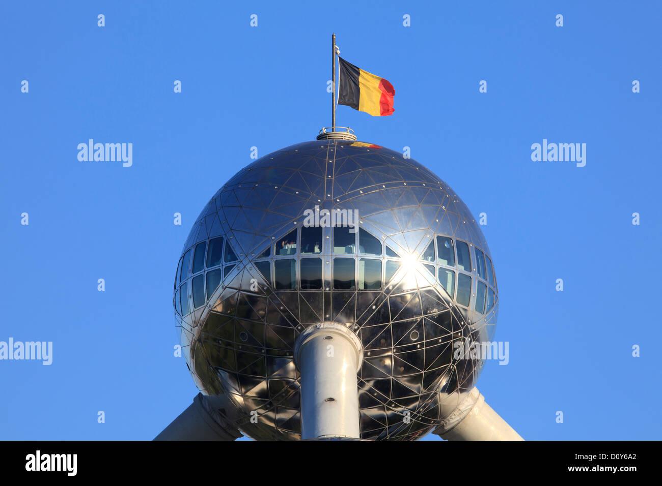 Restaurante con una vista panorámica en la parte superior del Atomium en Bruselas, Bélgica Foto de stock