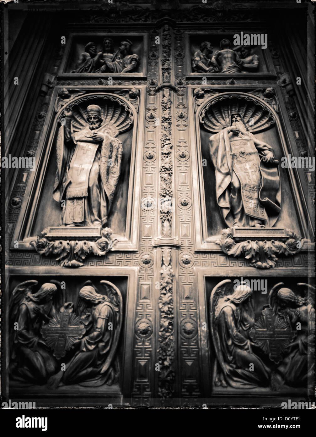 Iglesia Ortodoxa Rusa relieves en las puertas de bronce de la Catedral de San Isaac en San Petersburgo, Rusia. Imagen De Stock