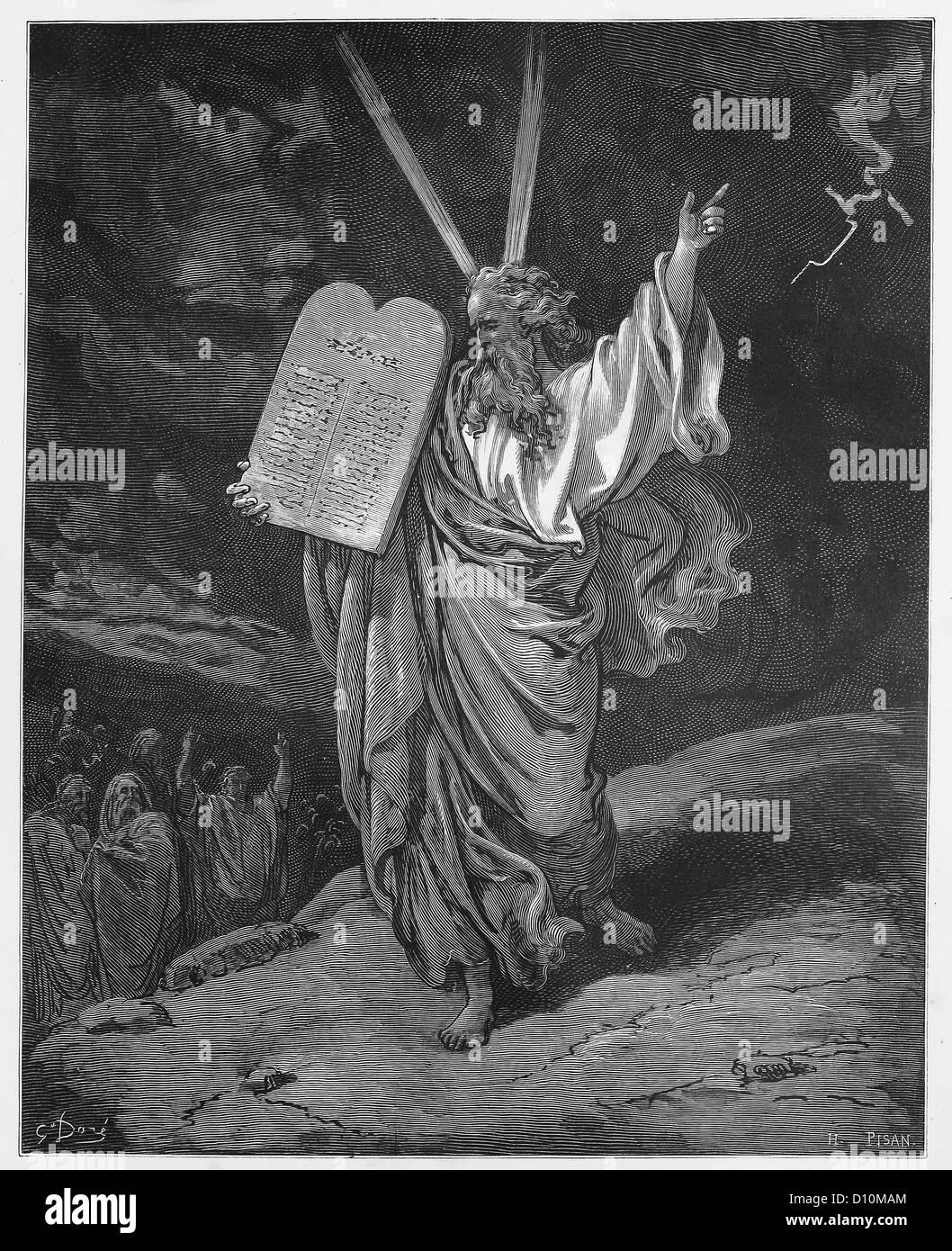 Moisés desciende de la montaña con las tabletas de la ley Foto de stock