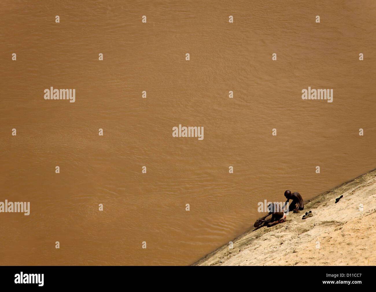 Vista aérea de Karo Kids lavados en el río Omo, Korcho Village, Etiopía Foto de stock