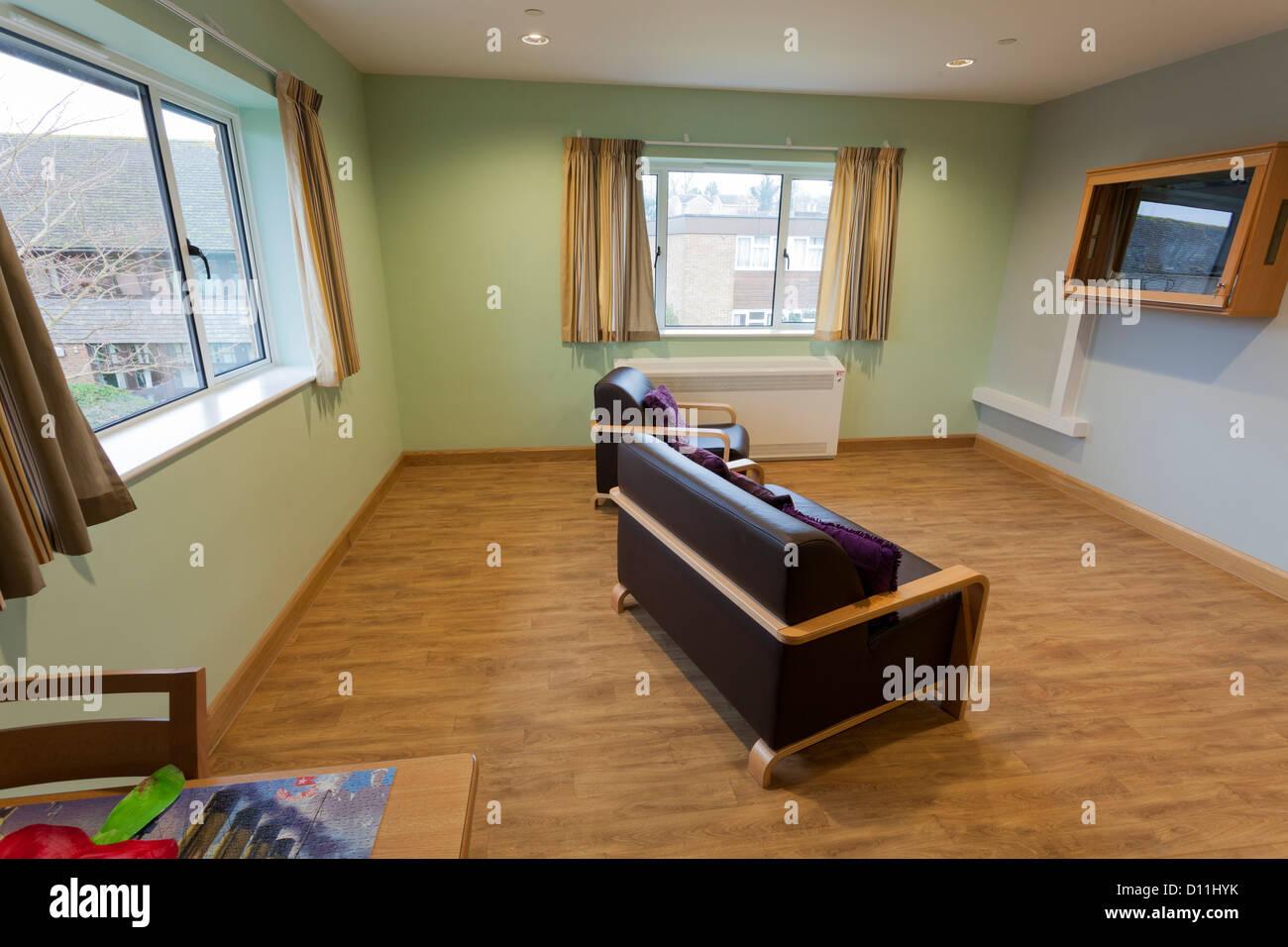 Care Home, comportamiento desafiante salón con televisión de pantalla de policarbonato protegido. Imagen De Stock