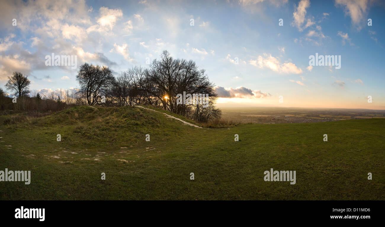 Atardecer en un túmulo Neolítico en la cumbre de la colina Whiteleaf, Buckinghamshire, REINO UNIDO Foto de stock