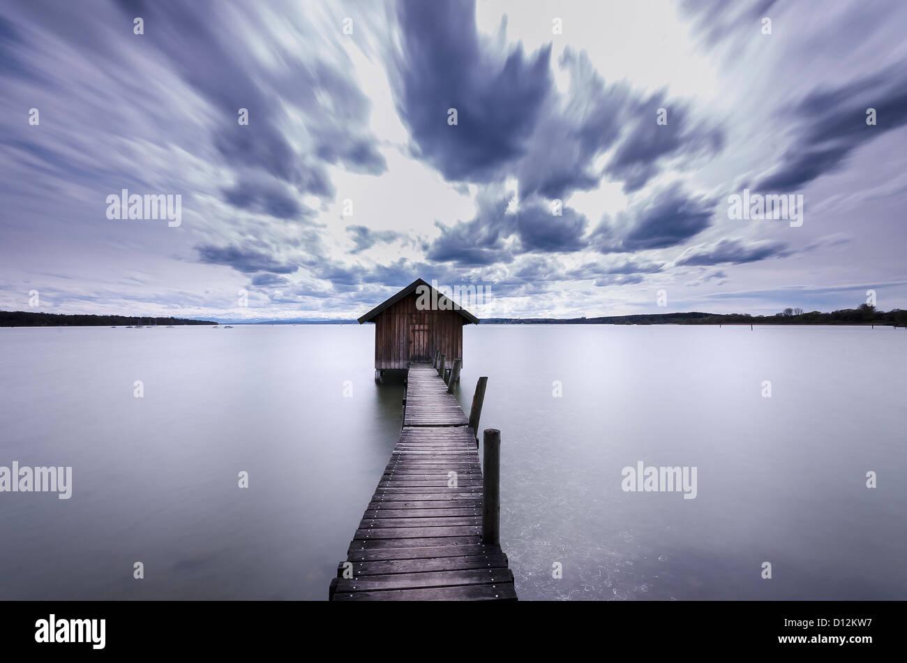 Alemania, Baviera, Vista de cobertizo con el embarcadero del lago Ammersee Imagen De Stock