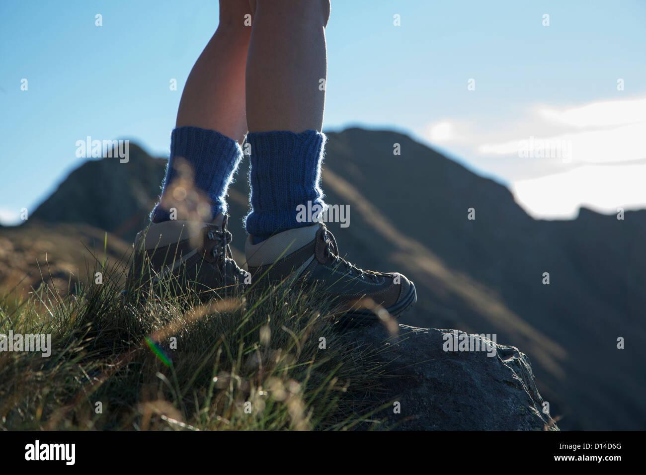 Senderismo en la mujer rural en la ladera Foto de stock