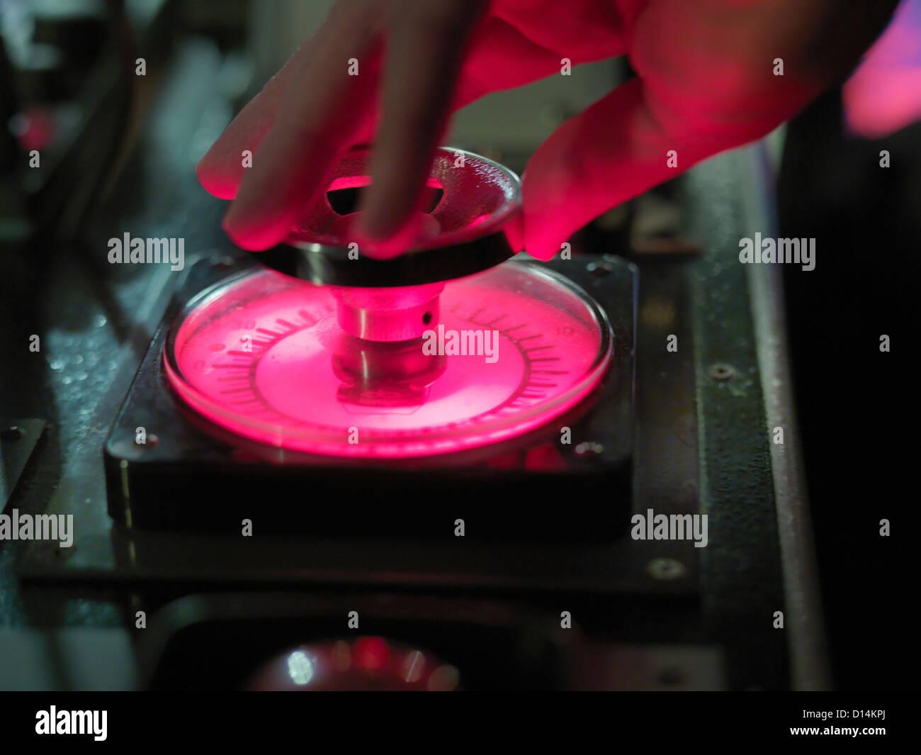 Cerca de mano girando el dial de control Imagen De Stock