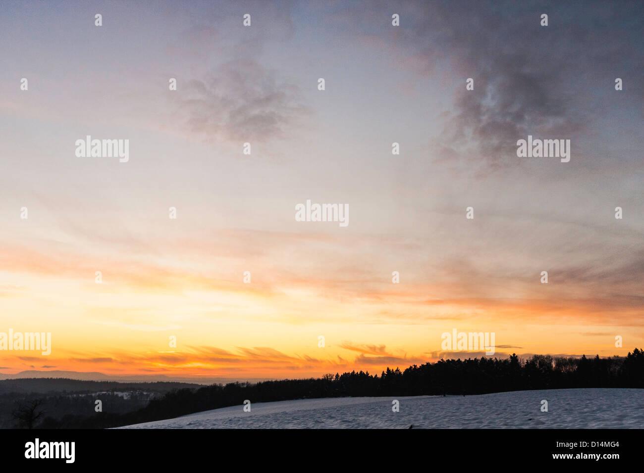 Puesta de sol sobre el paisaje rural Foto de stock