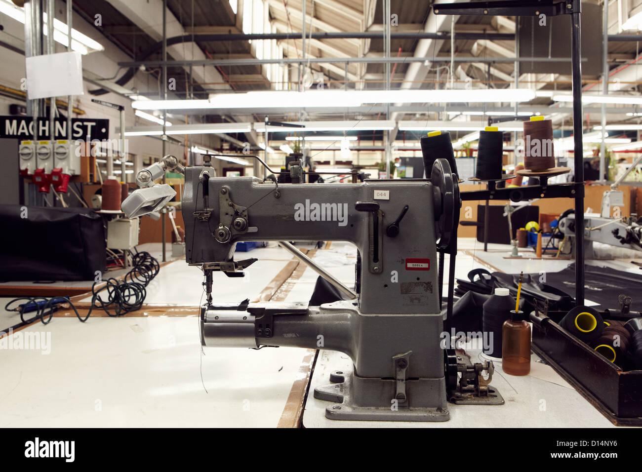 Máquina de coser en la fábrica de ropa Imagen De Stock