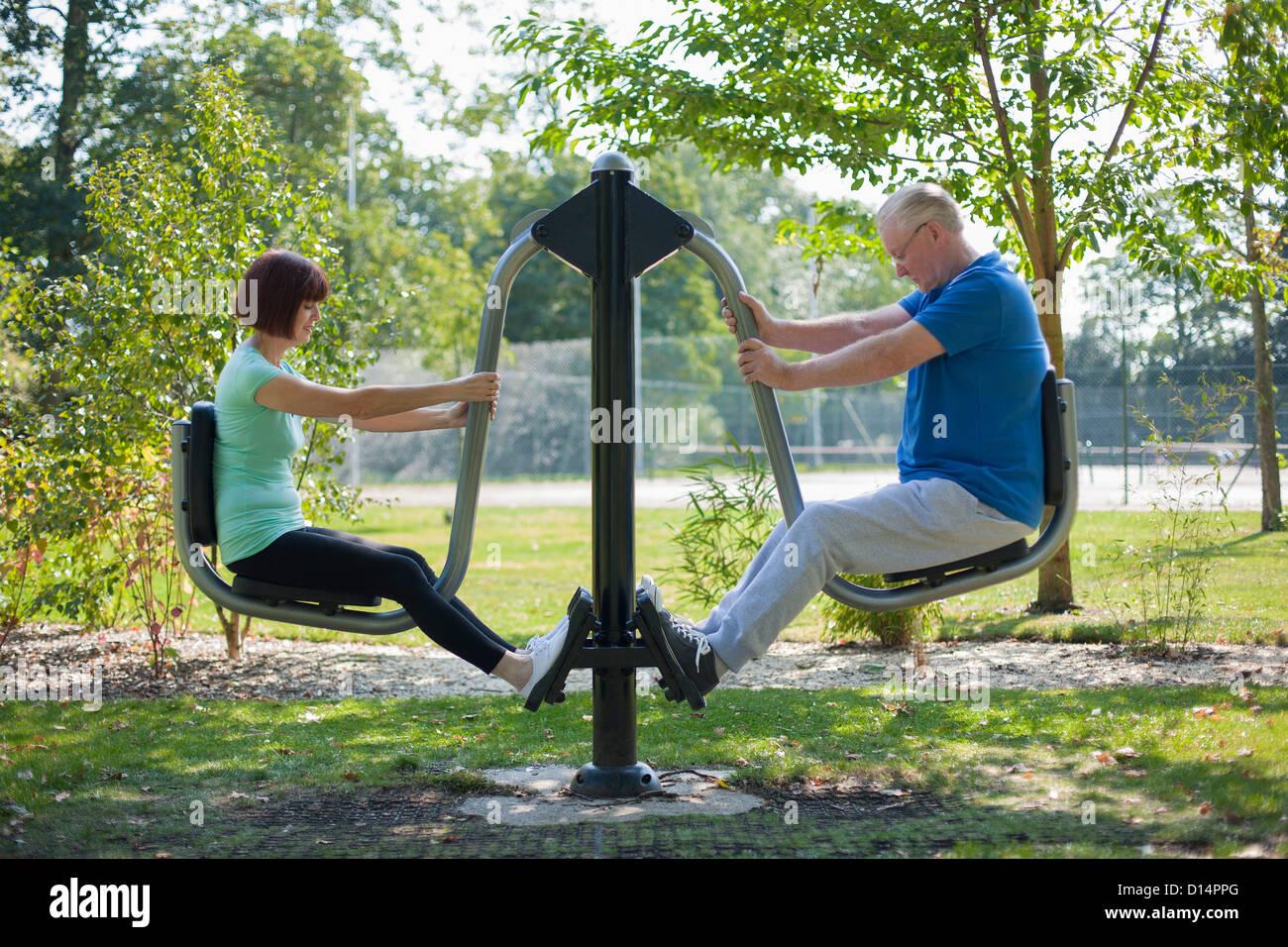Pareja de ancianos utilizando equipo de ejercicio Imagen De Stock