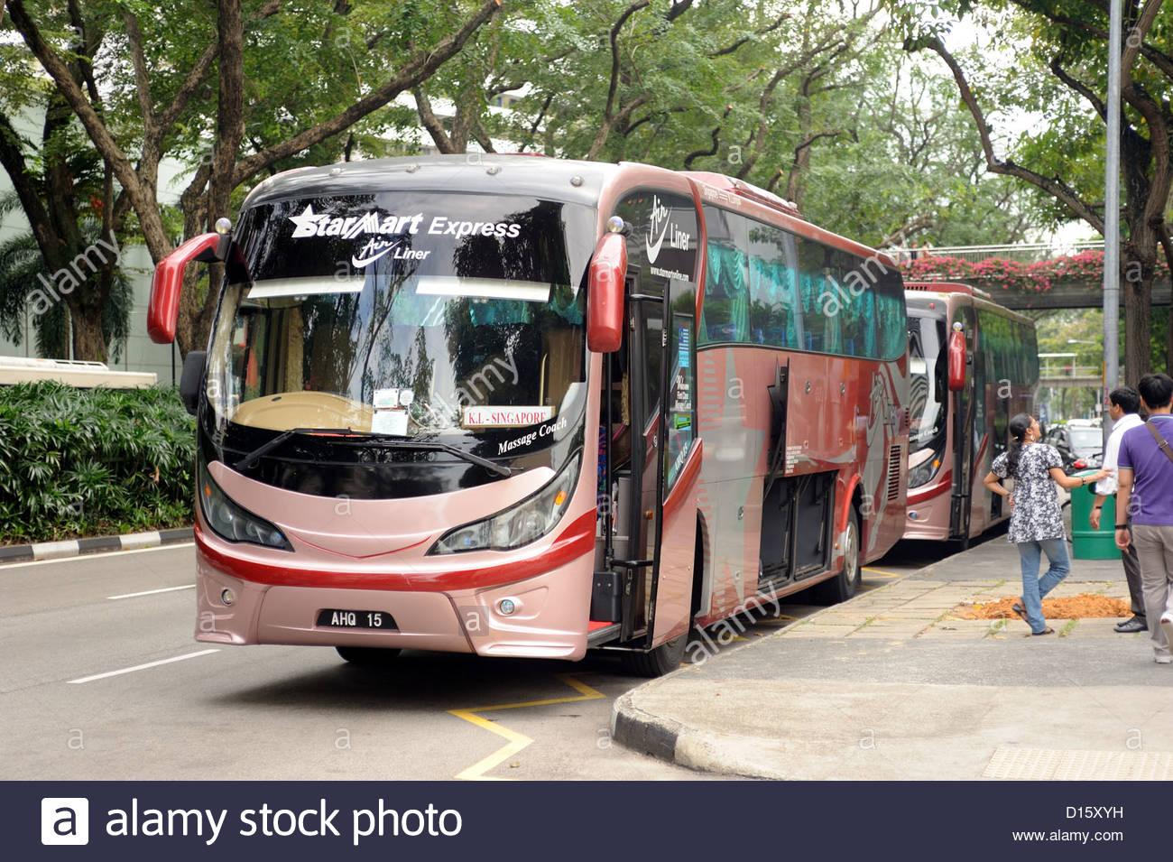 Singapur - Fuera de Golden Mile tower, autobuses a Kuala Lumpur, aquí operado por Starmart express. Imagen De Stock