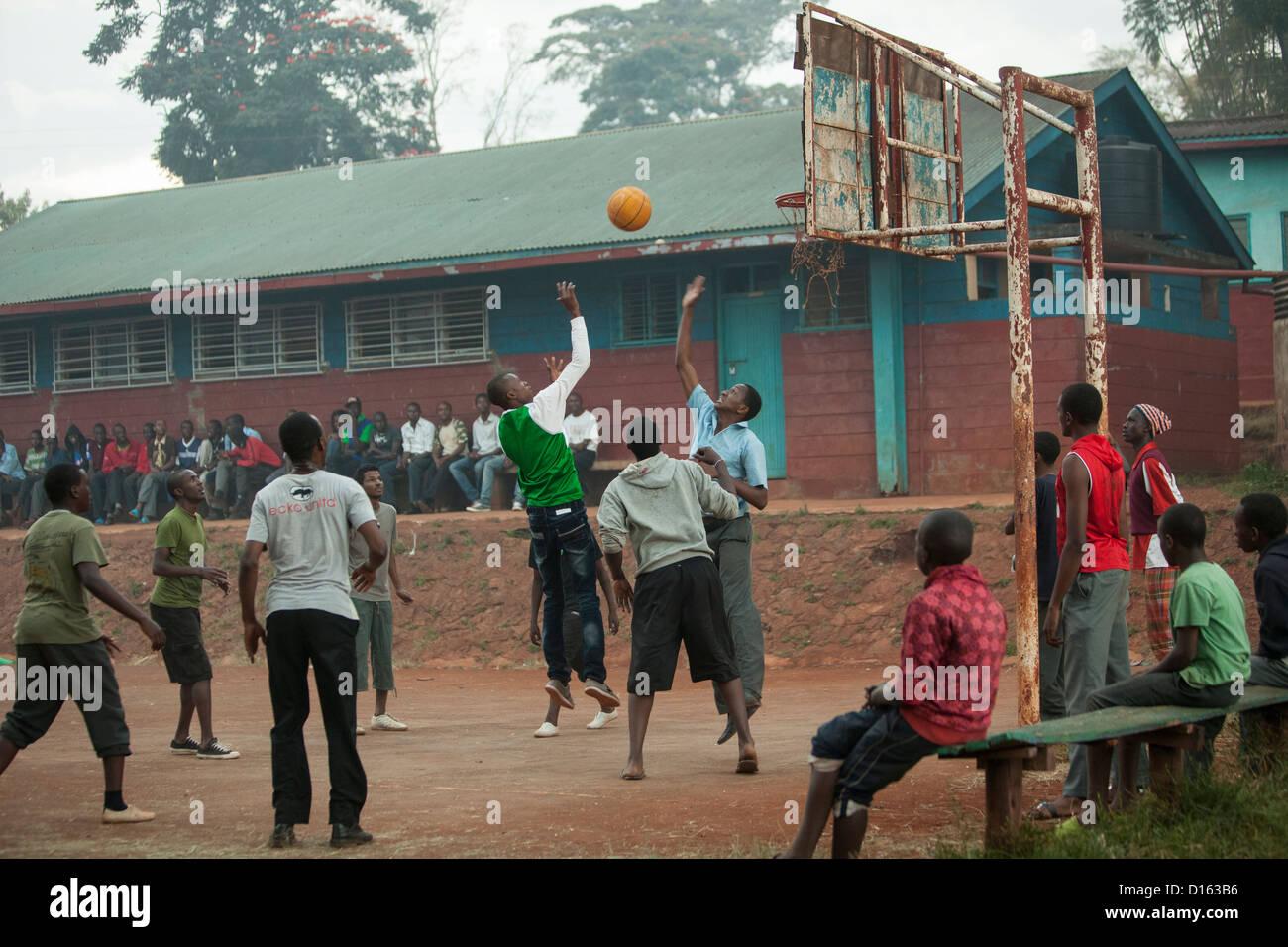 Los estudiantes de secundaria a jugar baloncesto después de clases en Nyeri, Kenia, África Oriental. Imagen De Stock