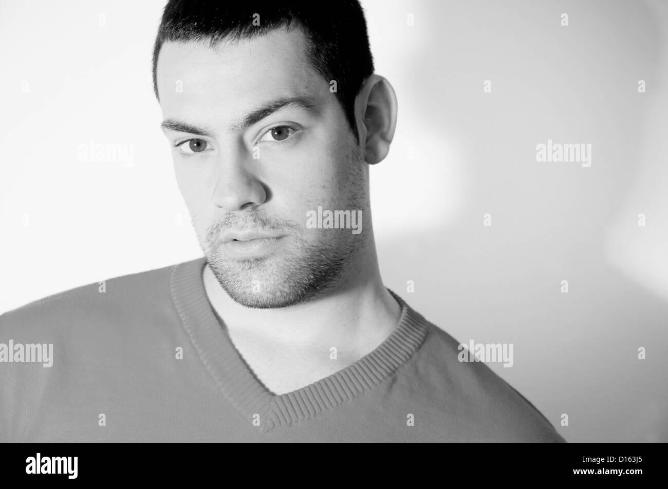 Retrato de joven mirando a la cámara. Blanco y negro. Imagen De Stock