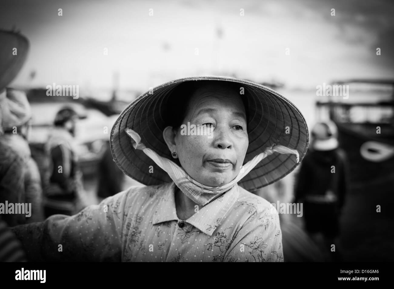 Retrato en blanco y negro de una mujer vietnamita vistiendo un sombrero de bambú tradicional Imagen De Stock