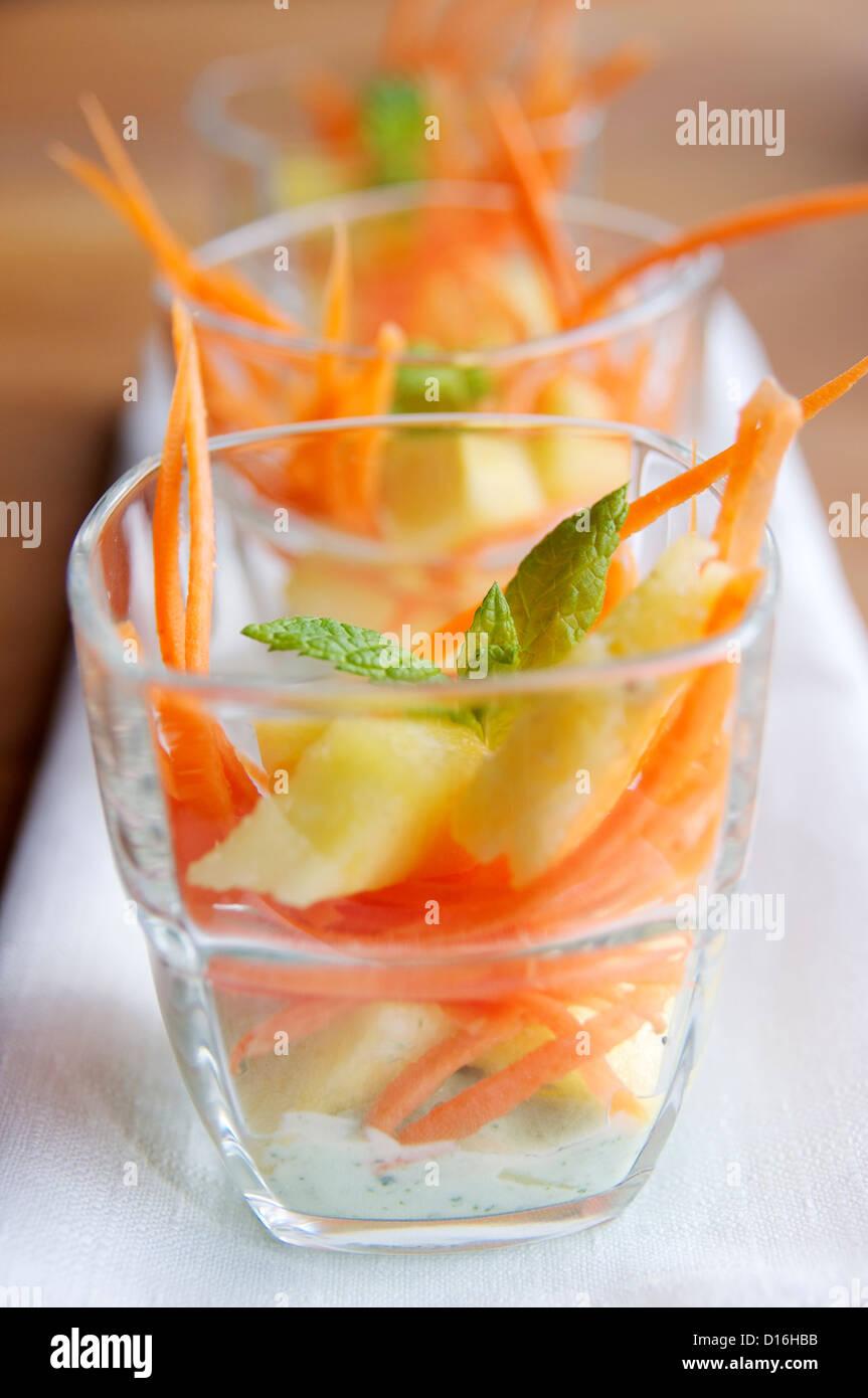 Ensalada De Zanahoria Y Pina En Una Copa Con Menta Yogur De Soja Fotografia De Stock Alamy En efecto, la ensalada de piña con zanahoria no es el tipo de ensalada más conocida, pero sin duda es una delicia. alamy