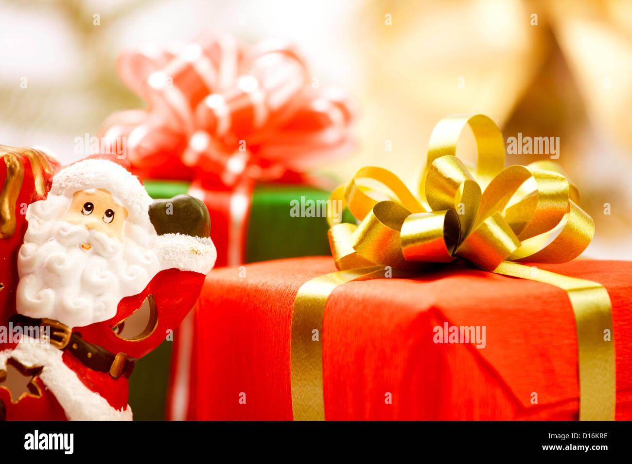 Caja de regalo roja actual santa closeup Imagen De Stock