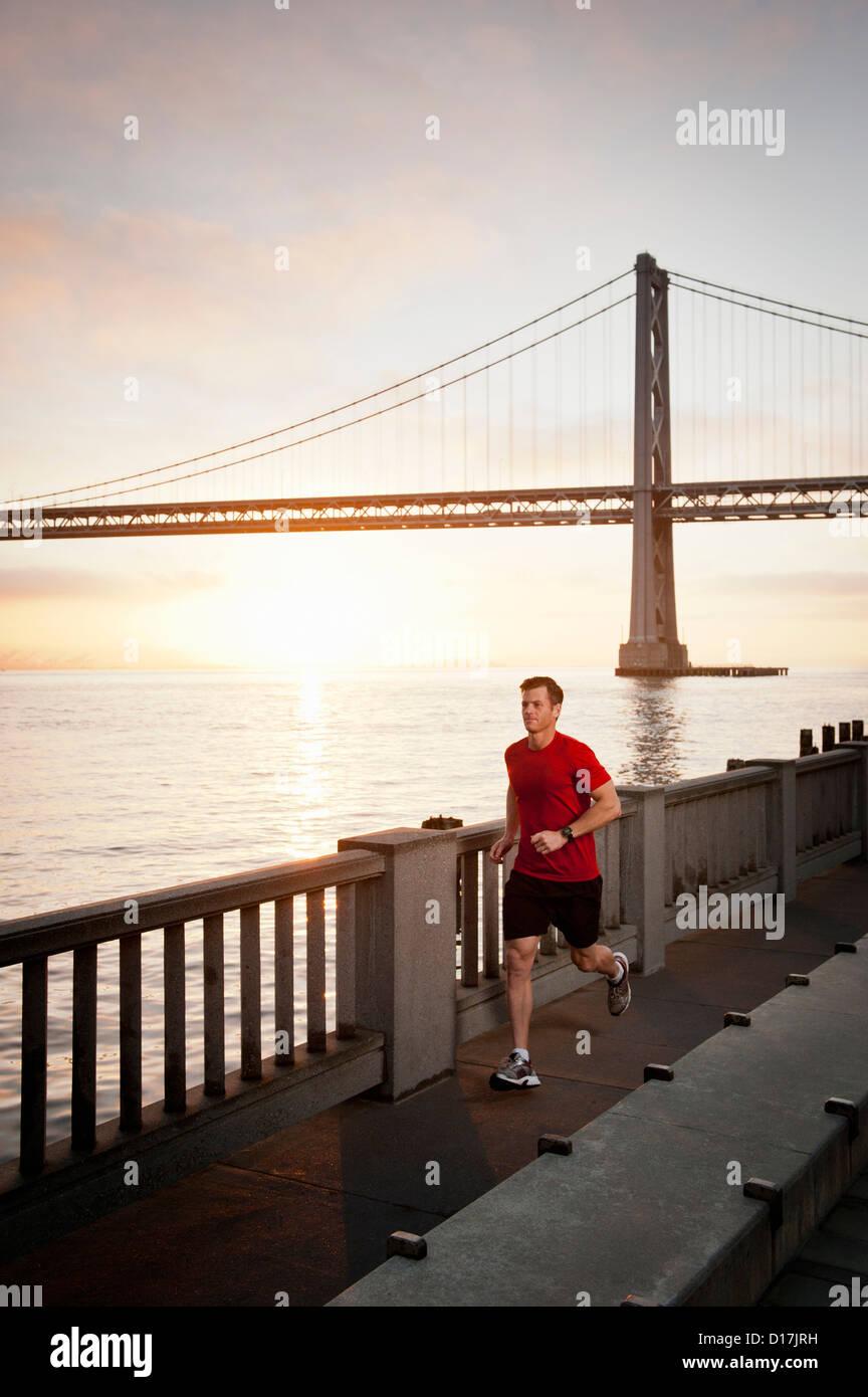 Hombre corriendo en las calles de la ciudad Imagen De Stock
