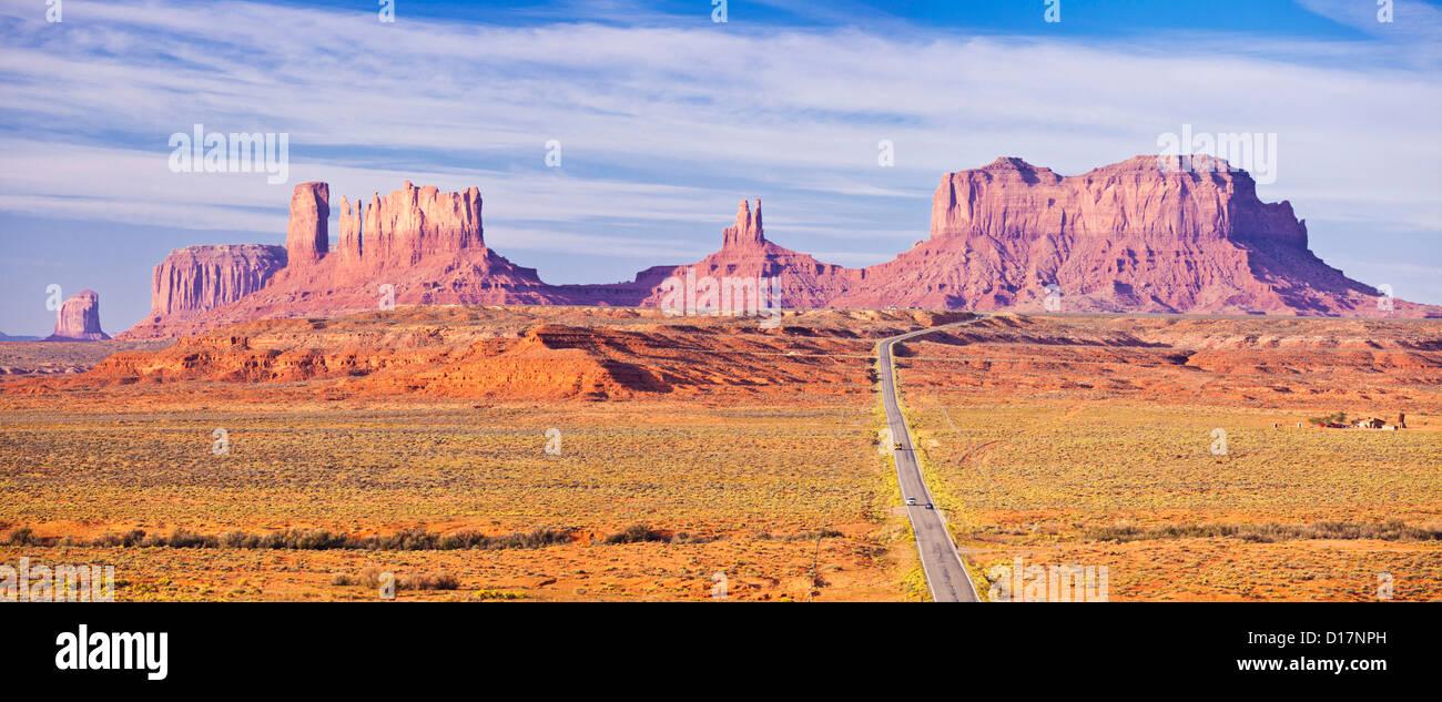 Imagen icónica de la carretera a Monument Valley Navajo Tribal Park, Arizona, EE.UU., ESTADOS UNIDOS DE AMÉRICA Imagen De Stock