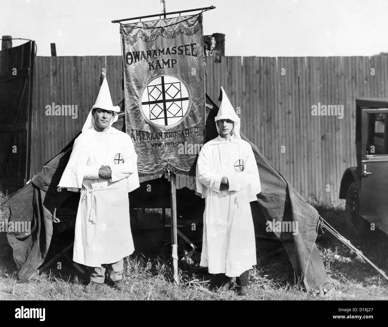 Primeros llegados del Ku Klux Klan han establecido su carpa en las afueras de Washington, DC. Van a celebrar su Foto de stock