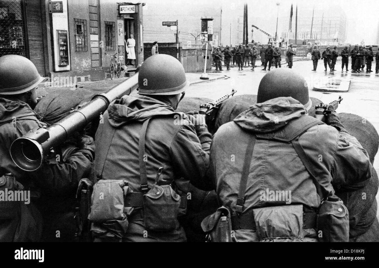 Las tropas estadounidenses se enfrentan a Berlín Oriental detrás de sacos de arena en el Checkpoint Charlie Imagen De Stock