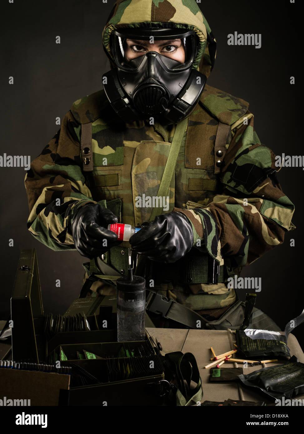 US Marine en MOPP Gear Inc. utiliza la máscara de gas M272 Kit de Análisis de agua agentes químicos Imagen De Stock