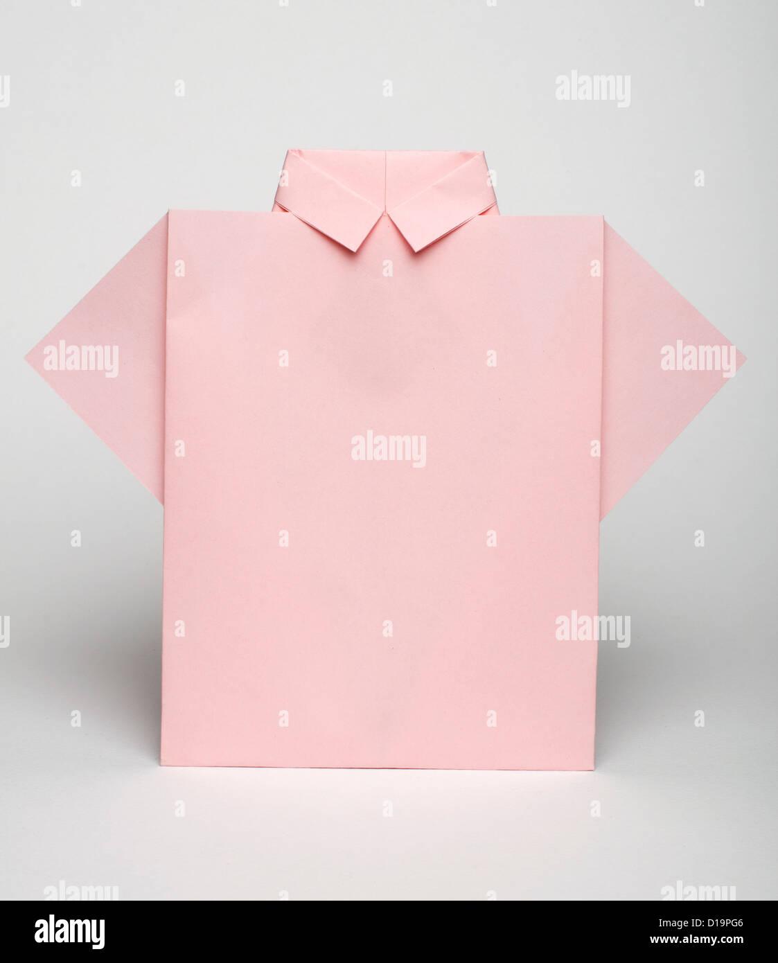 3b90ecfb8 Papel hecho aislado camiseta rosada. Estilo origami plegado Imagen De Stock