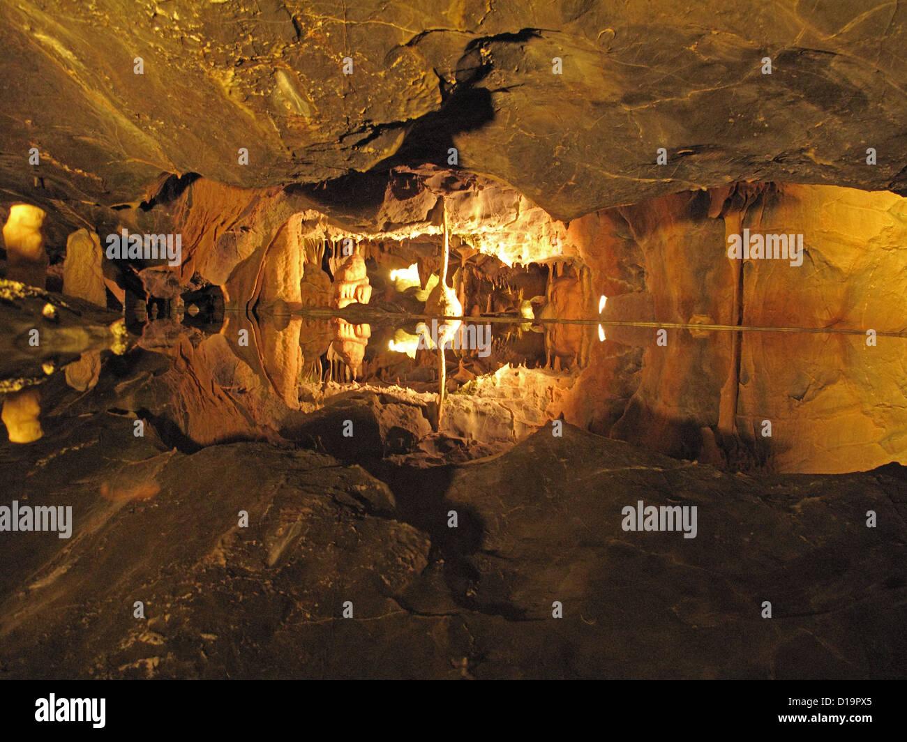 Piscina de agua siguen reflejando detalladamente en las cuevas de piedra caliza de Cheddar Gorge Imagen De Stock