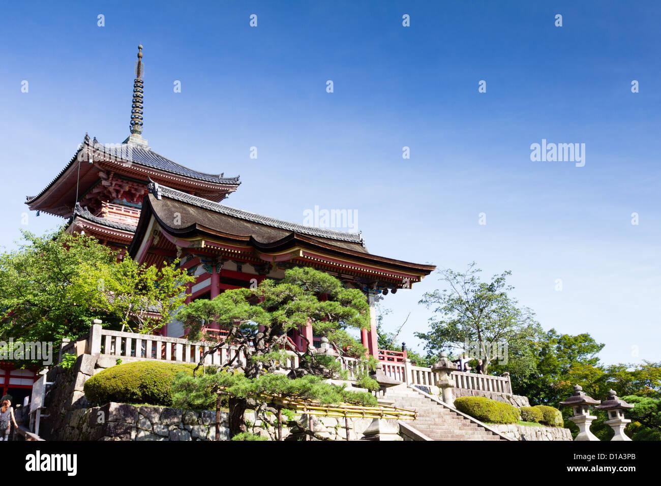KYOTO, Japón, arquitectura tradicional, el templo Kiyomizu-dera. Imagen De Stock