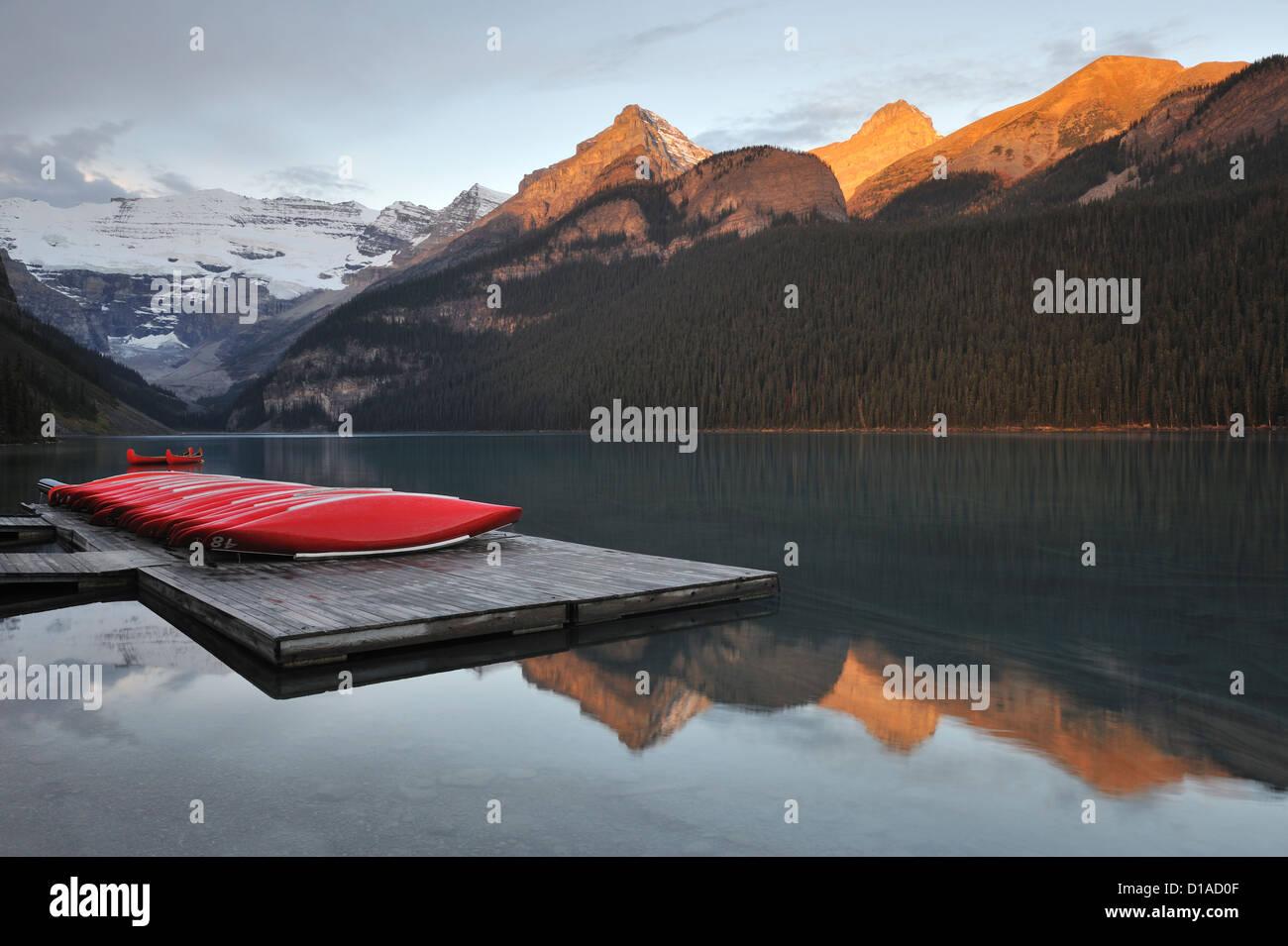 Rojo canoas, el Lago Louise, el Parque Nacional de Banff, Alberta, Canadá Imagen De Stock