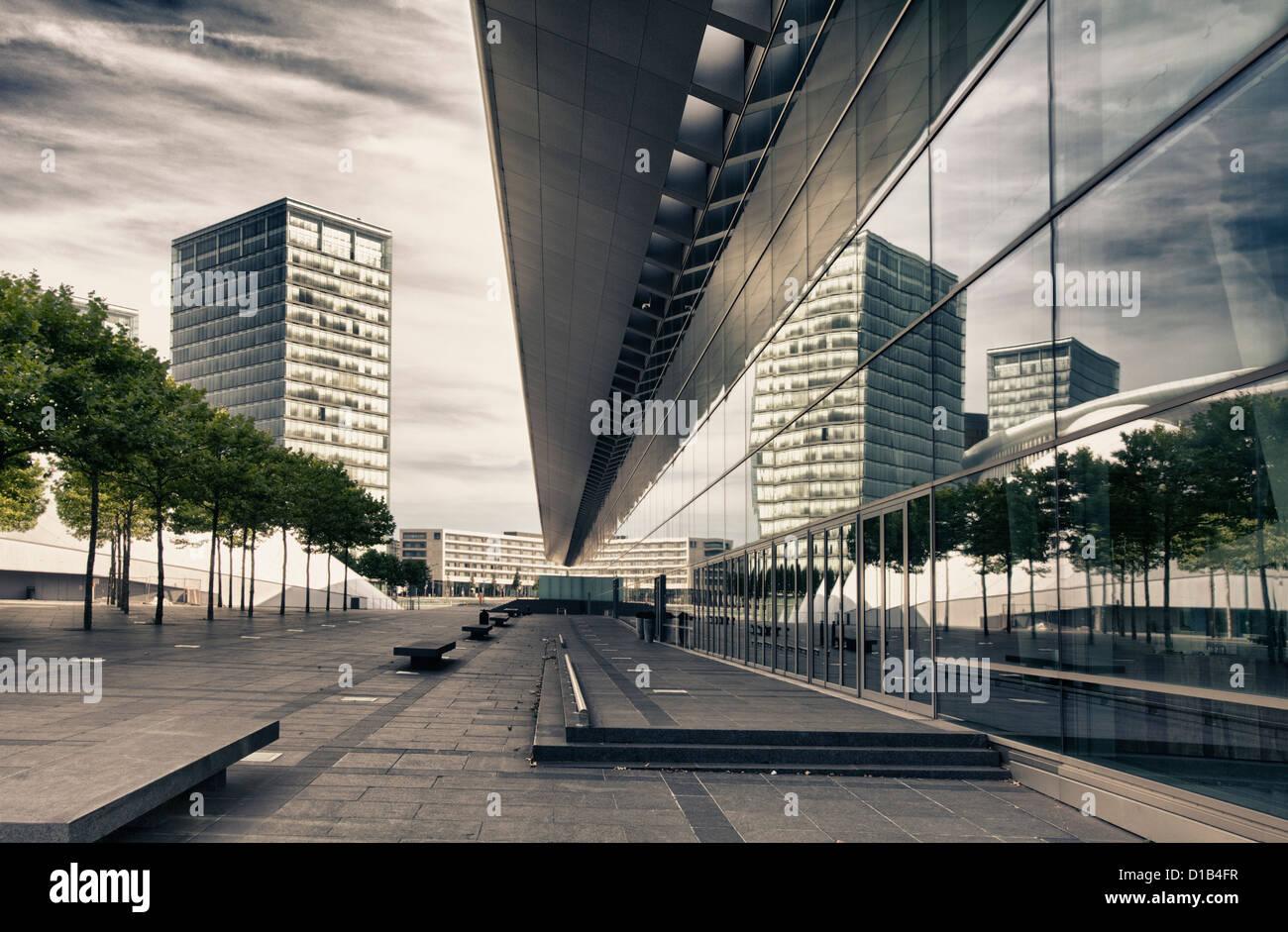La arquitectura moderna, los reflejos en las ventanas del Centro de Congresos y la Place de l'Europe, Kirchberg, Luxemburgo, Europa Foto de stock